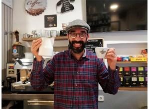 """Oskar Gallardo, barista: """"Kafea mimo handiz egiten saiatzen naiz eta jendeak asko eskertzen du"""""""