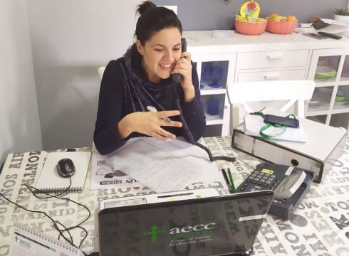 AECC Gipuzkoak telefono eta bideo-kontsulta bidezko laguntza indartu du