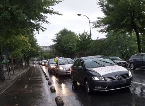 Osasuna eta eskubideak aldarrikatzeko autoen karabanan joan ziren Arantzazuraino zapatuan