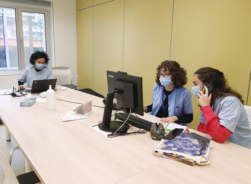 Argazkian lantaldeko hiru eibartarrak. Ezkerretik hasita, Laura Martin koordinatzailea, Iranzu Lopez de Zubiria eta Laura Arrieta.
