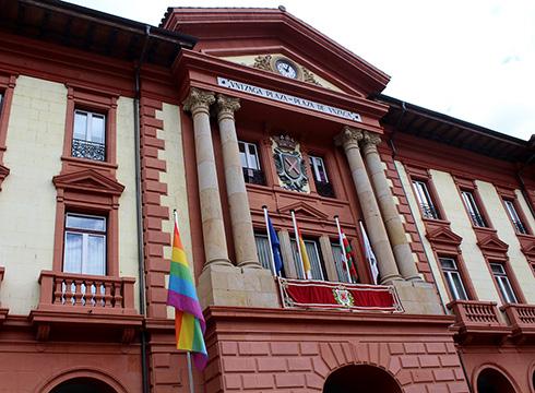 Ostadarraren koloredun bandera igo dute gaur LGTBI+ Pertsonen Eskubideen Eguna dela gogoratzeko