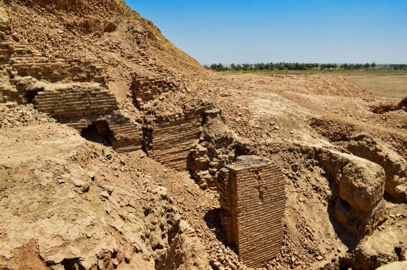 A view into the ziggurat's foundation. Farm fields also appear, far from the ziggurat.