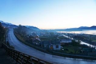 La ville de Puerto Williams dans la brume hivernale.