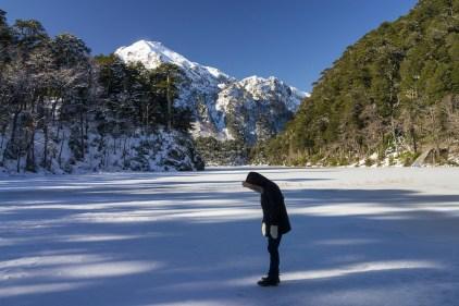Caroline défiant du regard le lac gelé (Parque Huerquehue)