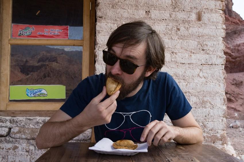 Gaël testant les empanadas.