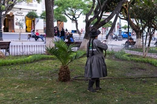 Jardinière de la municipalité arrosant la pelouse de la place principale.