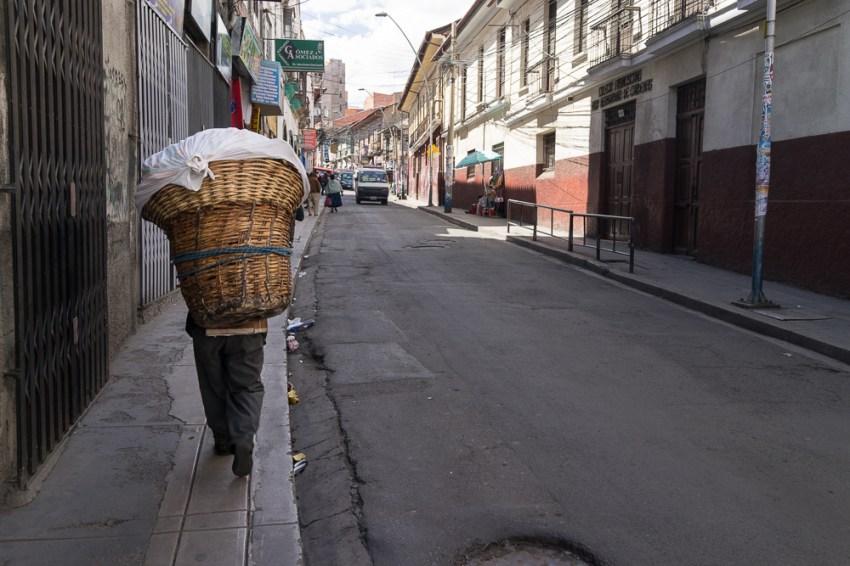 Un livreur de pain.