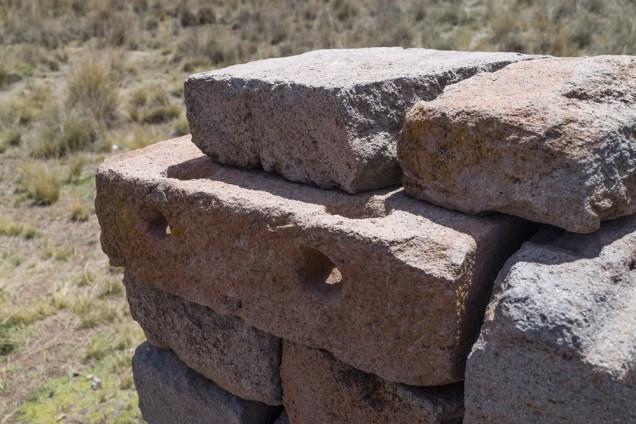 Une jointure en 3 dimensions où les Tiwanacotes coulaient du métal en fusion à travers des trous dans les pierres. Quand le métal refroidissait, cela créé une barre de fer qui retenait les pierres entre-elles.