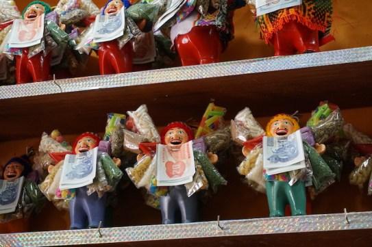 Des Pachamamacs miniatures pour lui demander des trucs à la maison.