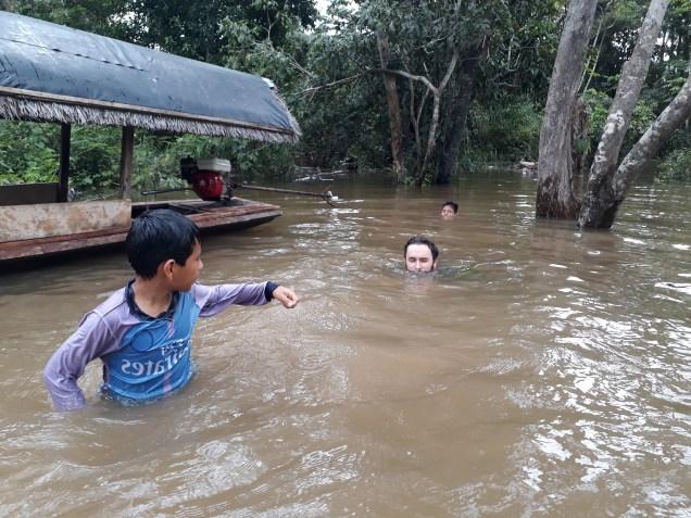 Gaël essaie d'attraper Makaay dans l'eau.