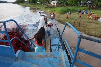 Arrêt à un village au bord de l'Amazone.