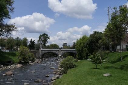 Sur les bords, si agréables, de la rivière cuencaienne.