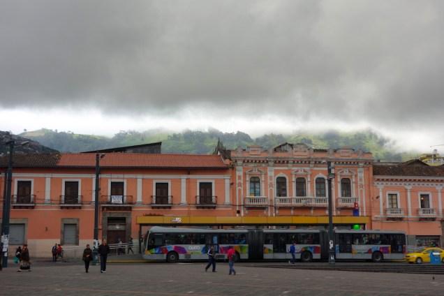 Rue avec vue sur la montagne dans le centre historique de Quito.