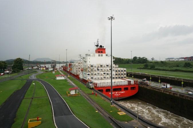 Un bateau passant par le canal du Panama.