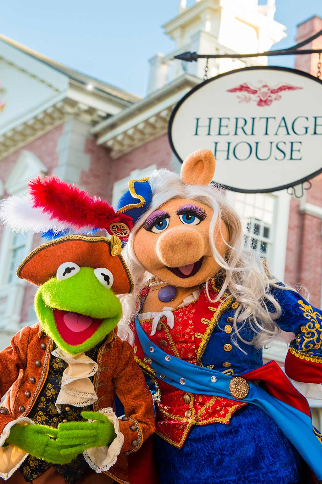 Kermit and Miss Piggy in front of Heritage House