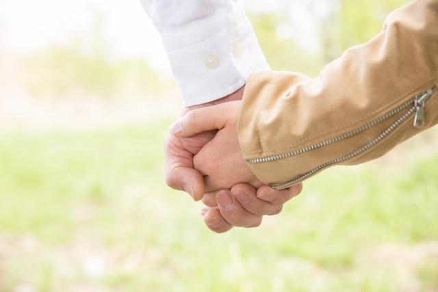 交際中に手を繋ぐ