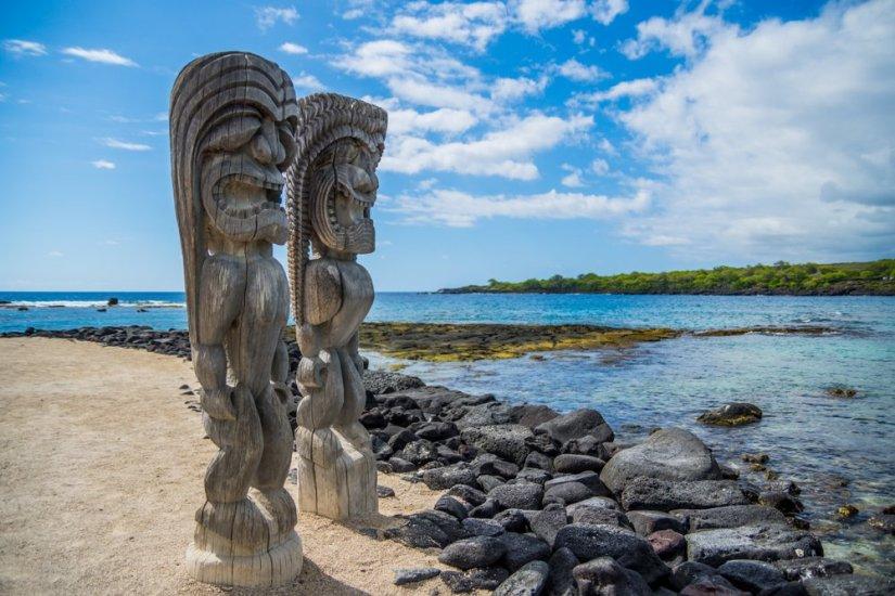 Hawaiian style wood carving in Puʻuhonua O Hōnaunau National Historical Park