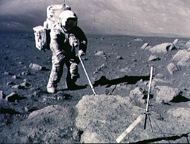 O astronauta Harrison Schmidt coletando amostras na missão Apollo 17. Crédito: NASA. Crédito: NASA