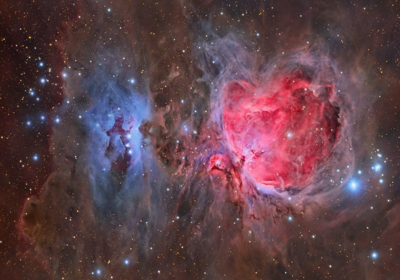 A grande nebulosa de Órion - M42 vermelha - ao lado da nebulosa 'suja' M43 e das nebulosas de reflexão NGC 1977, NGC 1975 e NGC 1973 (azul)