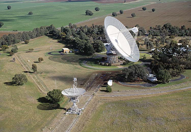O radiotelescópio Parkes (64m) em Nova Gales do Sul na Austrália (o maior dos dois)