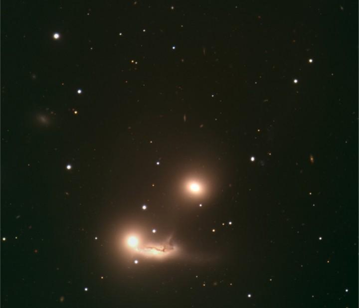 Imagem composta do trio de galáxias que fazem parte do Hickson Compact Group HCG 90. As galáxias na imagem são NGC 7173 (topo), NGC 7174 (embaixo, à esquerda) e NGC 7176 (embaixo, à direita), o tamanho da imagem é de cerca de 5,3 minutos de arco. Crédito: ESO European Organisation for Astronomical Research in the Southern Hemisphere