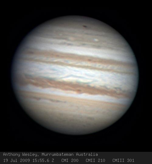 O astrônomo amador Anthony Wesley capturou esta imagem de uma nova mancha negra (no topo da foto) em Júpiter no domingo, 19 de julho de 2009, logo após sua descoberta. Crédito: Anthony Wesley