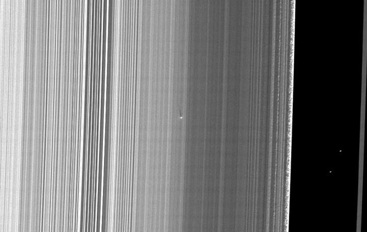 Cassini visualiza uma micro-lua com 400 metros de diâmetro no anel B de Saturno através de sua sombra com 41 km. Crédito: NASA/JPL/Space Science Institute – missão Cassini