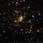 CL0024+1654: Hubble mostra como um aglomerado de galáxias atua como lente gravitacional