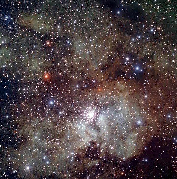 NGC 3603 é uma região de formação estelar explosiva: uma fábrica cósmica onde estrelas se formam freneticamente a 22.000 anos-luz de distância da Terra. Essa imagem foi obtida com o dispositivo FORS integrado ao telescópio de 8,2 metros VLT em Cerro Paranal, Chile, mostra um enorme campo em torno do aglomerado estelar aberto NGC 3603 e revela a textura detalhada das nuvens envolventes de gás e poeira. Crédito: ESO/VLT