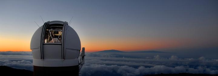 Localizado no topo do vulcão extinto Haleakala, Pan-STARRS explora a combinação única entre o soberbo local de observação e a experiência dos cientistas que o operam no Havaí. Crédito: CfA