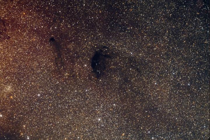 Plutão transitou em frente da nebulosa escura Barnard 92. Crédito©: Ray Galak