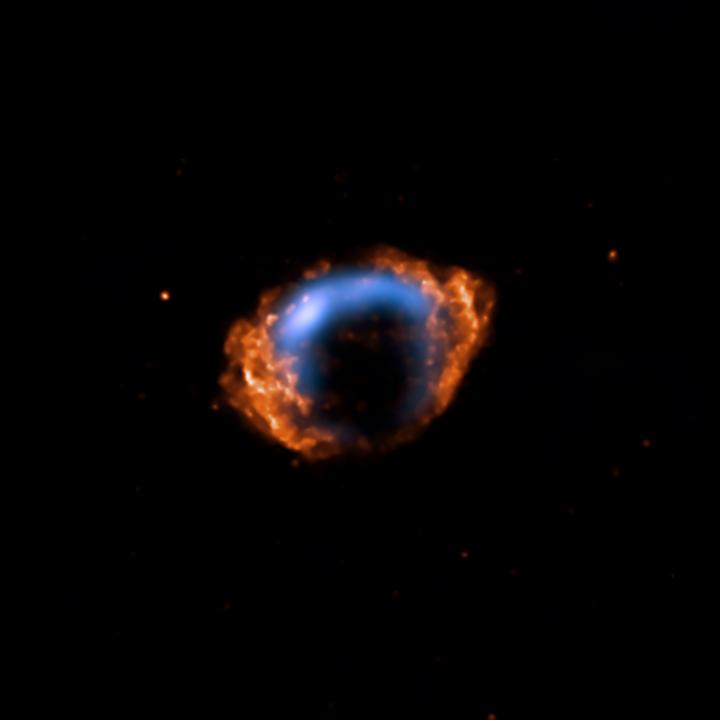 A remanescente de supernova G 1.9+0.3, em imagem combinada dos dados de raios-X, em laranja, pelo Chandra, capturada em 2007, e de rádio fornecida pela rede de radiotelescópios Very Large Array da NRAO, em azul, registrada em 1985 . Crédito: www.chandra.harvard.edu