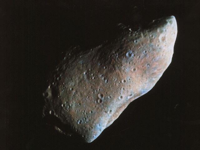 """Os """"Near Earth Objects"""" (NEOs) são a família de asteróides cujas órbitas se aproximam da Terra. Esta imagem do asteróide Gaspra foi obtida pela sonda Galileo e, embora este asteróide não seja um NEO, a superfície de Gaspra pode assemelhar-se de alguns NEOs. Os NEOs são também os destinos possíveis para futura visitação por astronautas. Agora, os astrônomos do SAO (SMITHSONIAN ASTROPHYSICAL OBSERVATORY) anunciaram os primeiros resultados do maior programa em curso para determinar o tamanho e as características dos NEOs. Crédito: NASA"""