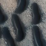 HiRISE revela campo de curiosas dunas escuras na cratera Proctor em Marte