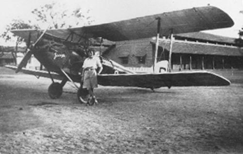 """Amy Johnson e seu avião """"Jason"""" em Jhansi, India, em 1932, um de Havilland DH 60"""