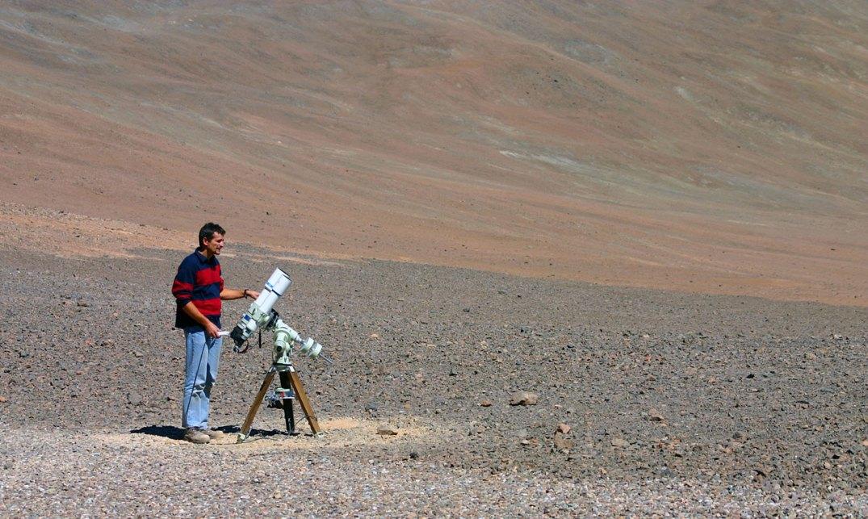 Stéphane Guisard e o seu telecópio usado para capturar as imagens da Via Láctea em Cerro Paranal