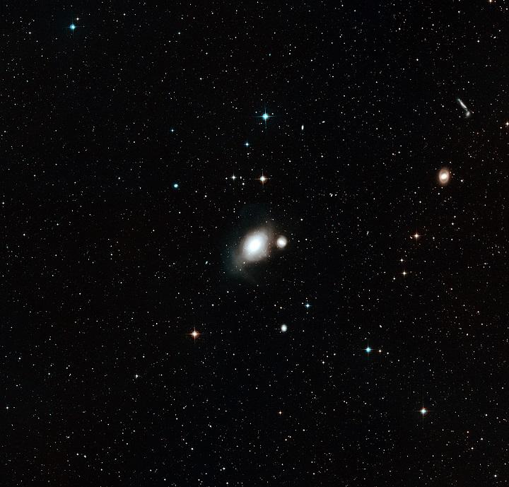 O céu em volta do par de galáxias NGC 1316 e 1317. Crédito: ESO/Digitized Sky Survey 2