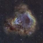 NGC 7822: estrelas jovens esculpem pilares de gases e poeira cósmica em Cepheus capturados por Steve Cannistra (StarryWonders)