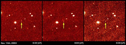 """Esses 3 painéis mostram a primeira detecção do distante KBO denominado """"Sedna"""". Observado ao longo de 3 horas, Sedna foi identificado pelo pequeno deslocamento de sua posição nessas 3 imagens obtidas em horários distintos. Observações posteriores, em intervalos de tempo mais longos, tornaram possível a dedução da duração de 10.500 anos de sua excêntrica órbita ao redor do Sol (Imagem: Caltech / NASA)."""