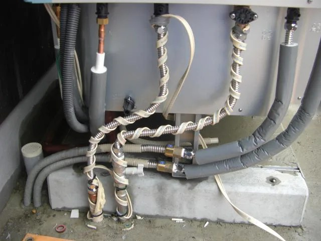 配管に凍結防止ヒーターを巻く