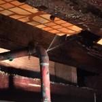 床下のお湯の配管から水漏れ