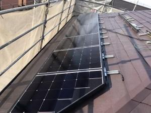 太陽光パネルを施工中
