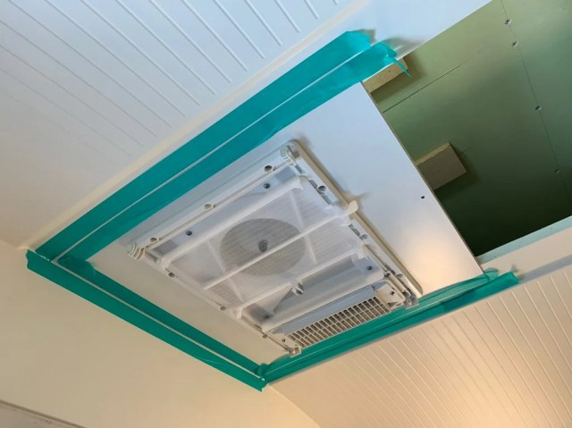 天井隙間パネルの周囲をコーキング