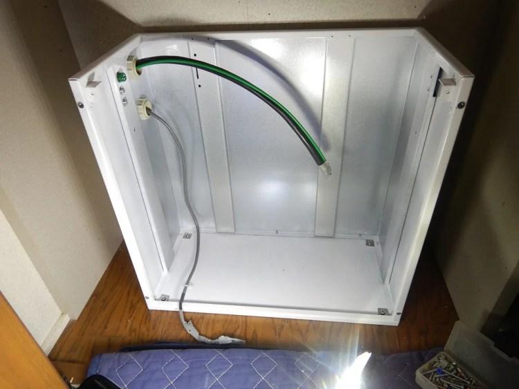 シャープ屋内用蓄電池の中に配線を通す