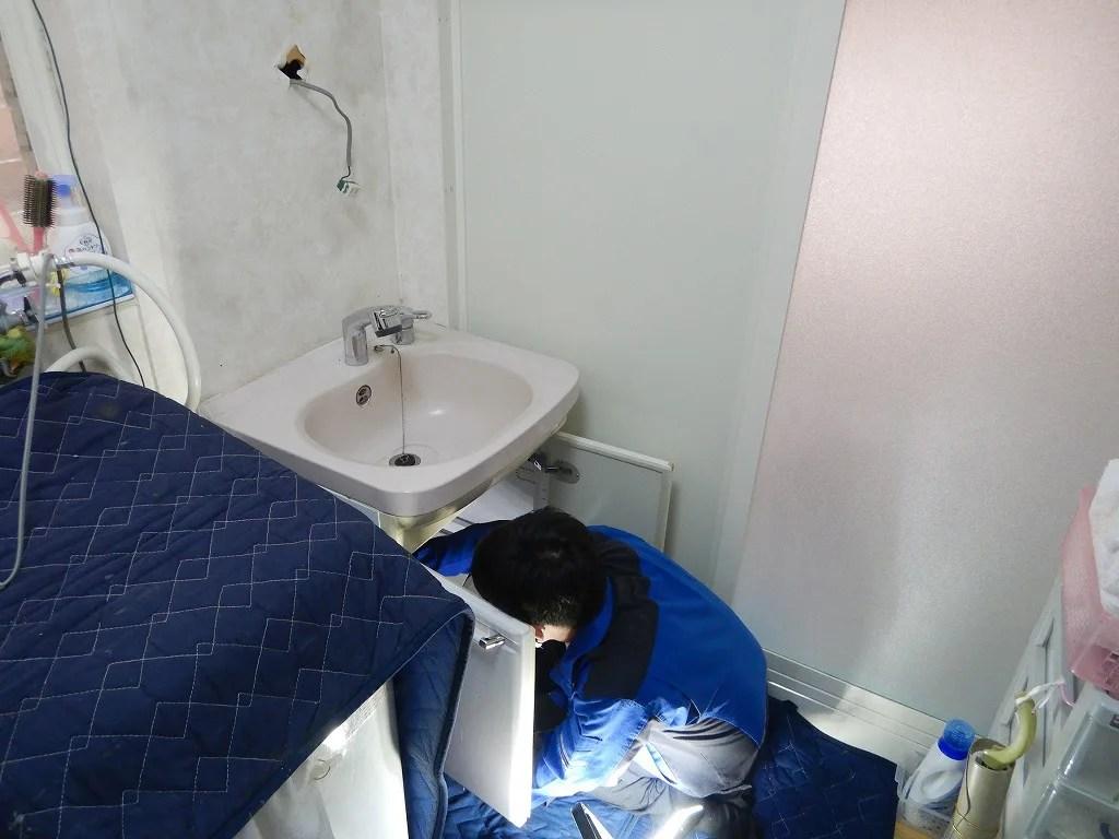 洗面台の配管を取り外す