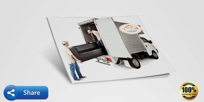 عاملين يحملون اثاث الي الشاحنة