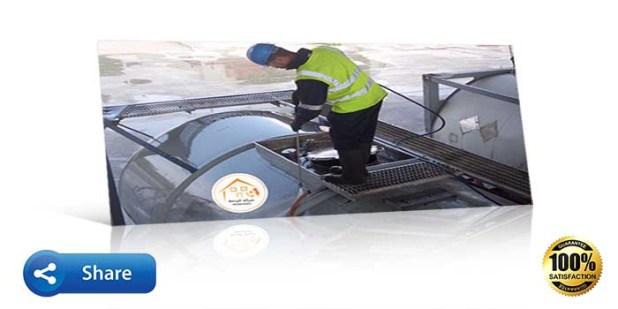 عامل ينظف خزان مياه