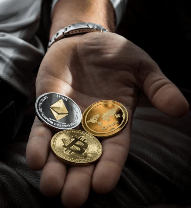 Mann som holder krypto mynter