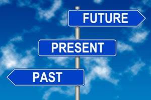 wegwijzers naar verleden en toekomst