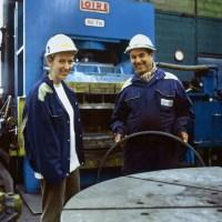 jpg/Ingenieure_metallurgiste_devant_la_presse_a_filer_de_l_usine_Vallourec_ARP-06XA02-18.jpg